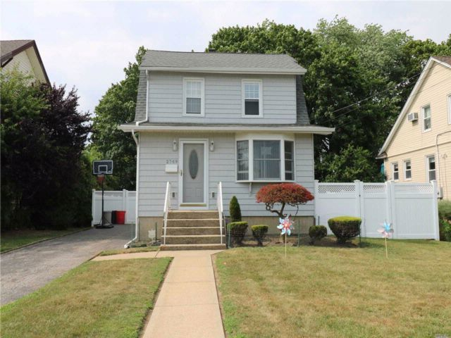 3 BR,  2.00 BTH  Colonial style home in Bellmore